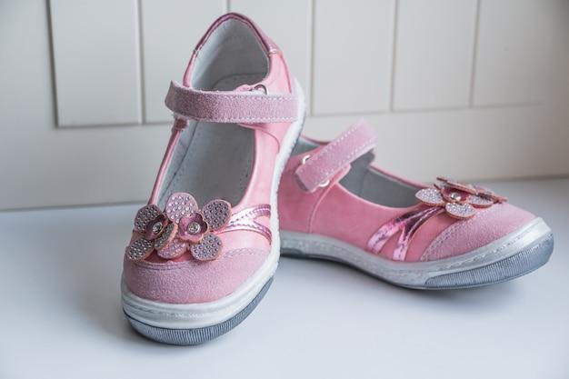 Meisjesmode schoeisel, lederen sandaal, mocassins. laarzen. moderne stijlvolle modieuze trendy schoenen voor kinderen. baby sneakers