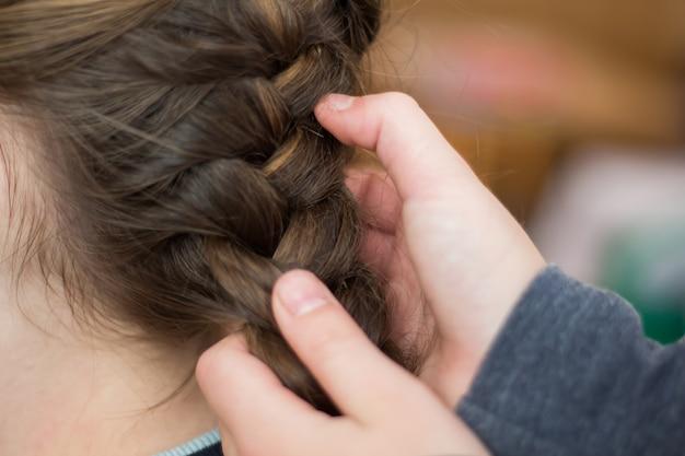 Meisjesmoeder maakt een haar of een meisje in een kapper