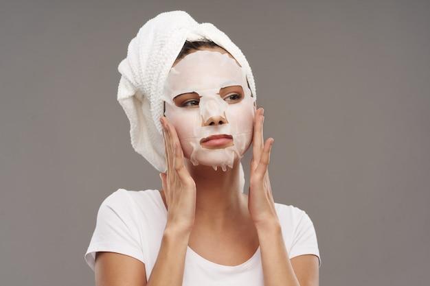 Meisjesportret met gezichtsmasker, schoonheidsbehandeling, huidzorg