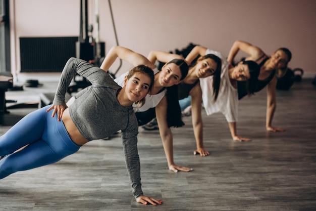Meisjesteam die aerobics samen uitoefenen bij de gymnastiek