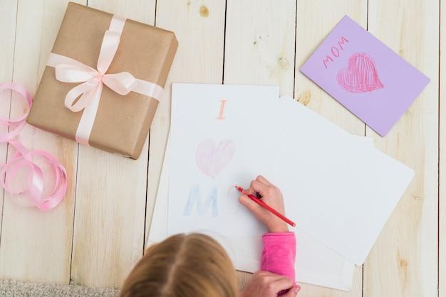 Meisjestekening ik houd van mamma op papier