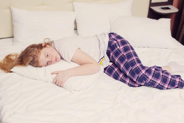 Meisjestiener op het bed