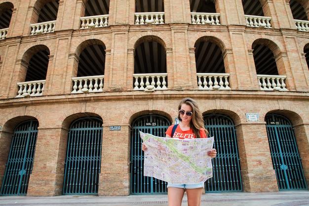 Meisjestoerist bij plaza del toros, een arena voor stierenvechten