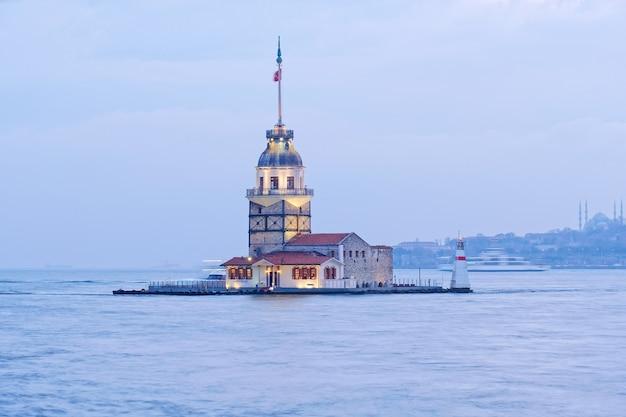 Meisjestoren of kulesi oude vuurtoren in istanboel in turkije