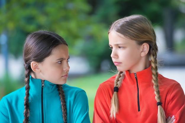 Meisjesvrienden fleece kleding voor actieve vrije tijd natuur achtergrond, beledigd gevoelens concept.