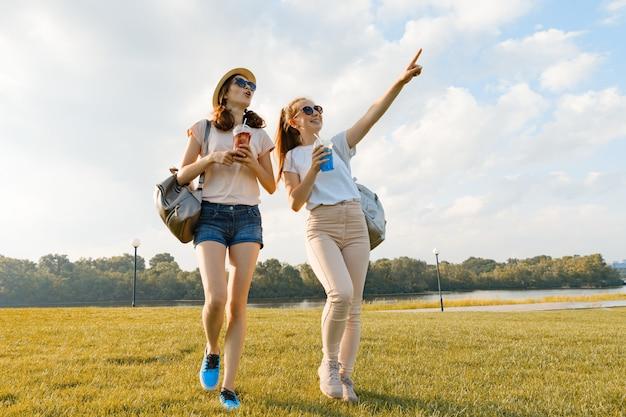 Meisjesvrienden wandelen in het park in de natuur