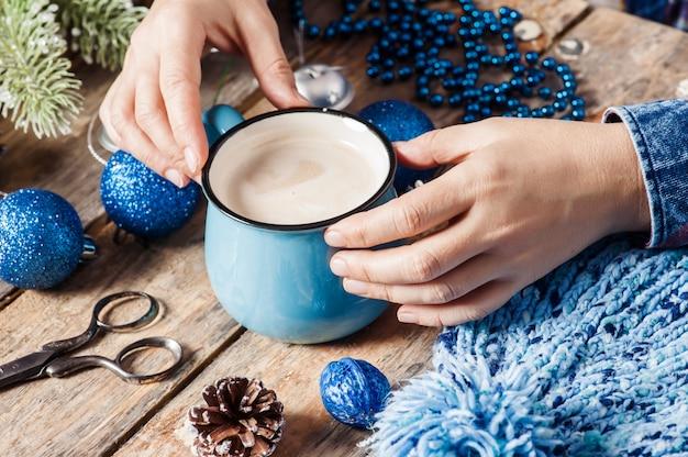Meisjeszitting bij haar bureau het drinken koffie