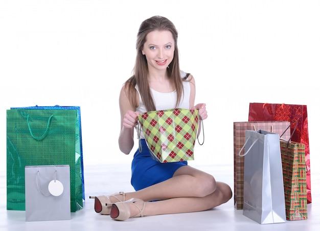 Meisjeszitting omringd door nieuwe aankopen.