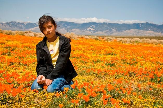 Meisjeszitting op poppy field
