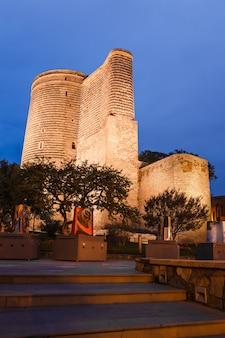 Meisjetoren in baku, azerbeidzjan in de avond