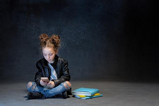 Meisjezitting met smartphone in studio