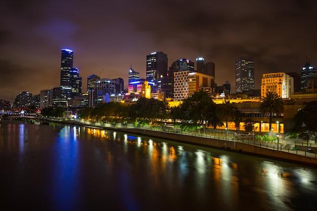 Melbourne skyline langs de rivier de yarra in de schemering.