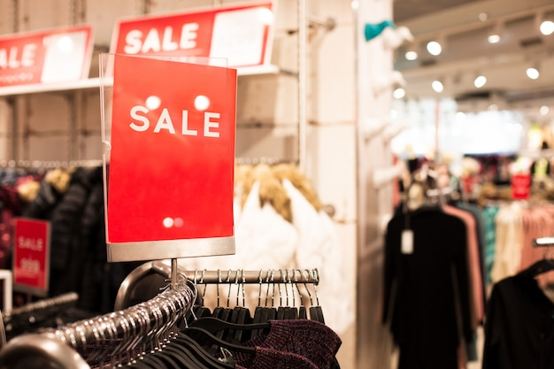 Meld u met de inscriptie verkoop in kledingwinkel