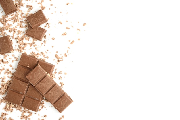 Melk cocolate stukken geïsoleerd op wit