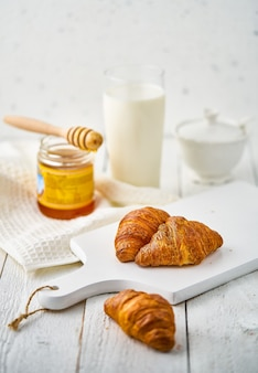 Melk en croissant op de rustieke tafel. hoge kwaliteit foto