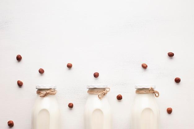 Melk en hazelnoten op witte achtergrond