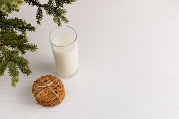 Melk en koekjes voor de kerstman onder de kerstboom