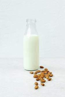 Melk en noten op grijze concrete lijst