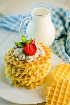 Melk en rimpelwafels met kwark en aardbeien