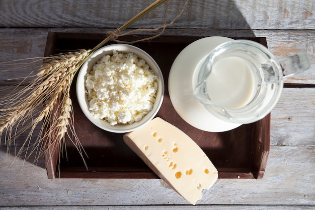 Melk en zuivelproducten staan in een bruine houten bak in rustieke stijl