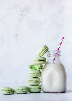 Melk in heldere glazen pot en bitterkoekjes