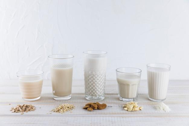 Melk in verschillende soorten glazen en granen