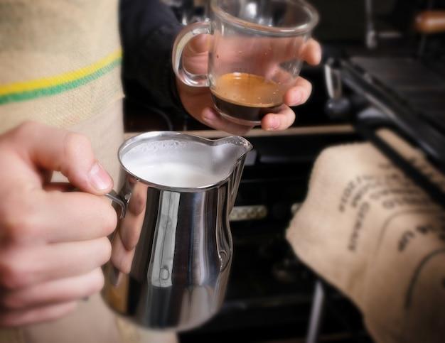 Melk kloppen voor cappuccino