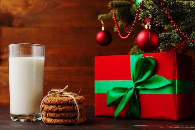 Melk, koekjes en geschenken onder de kerstboom. de komst van de kerstman.