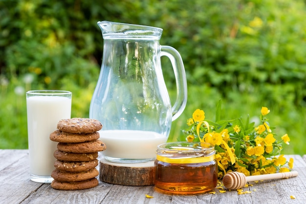 Melk met koekjes en honing +