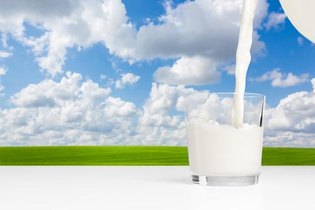 Melk op een tafel op blauwe hemel