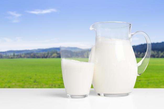 Melk op een tafel op witte tafel