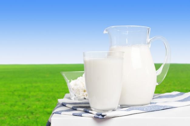 Melk op houten tafel