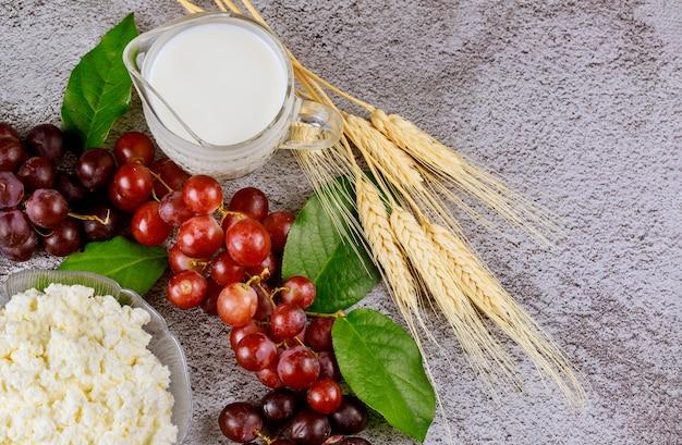 Melk, tarwe en cottage kaas met close-up druiven