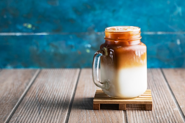 Melkachtig koud zomerdrankje met karamelsaus