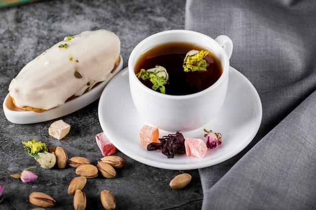 Melkachtig romig dessert met een kopje thee