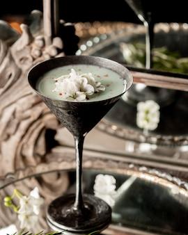 Melkachtige cocktail met binnen gehakte kokosnoot.
