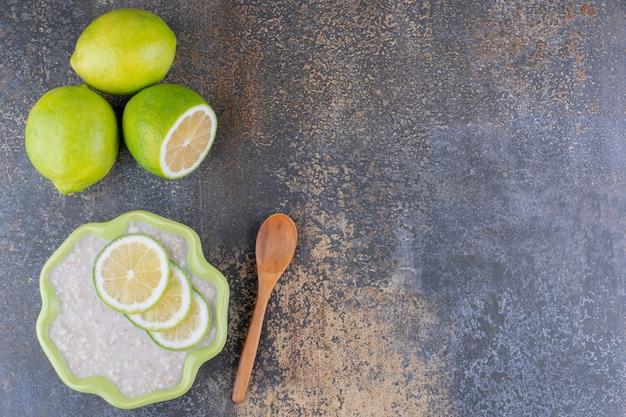Melkachtige pap met schijfjes citroen erop