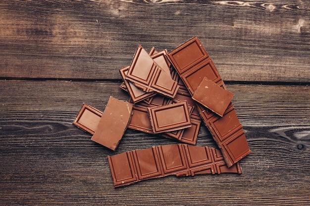 Melkchocolade blokjes op een houten tafel dessertreep