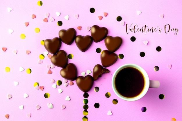 Melkchocolade hartjes. lekkere zoetigheden met koffie. valentijnsdag.