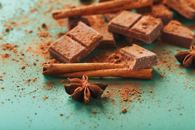 Melkchocolade met kruiden en cacao op een groene ondergrond