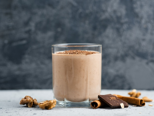 Melkchocolade smoothie met cacao noten kaneel