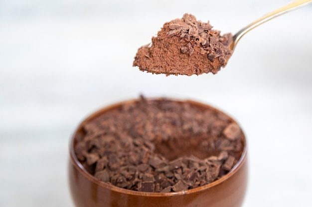 Melkchocolademousse met chocoladeschilfers.
