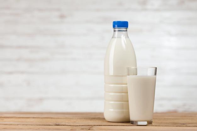 Melkfles op houten tafel