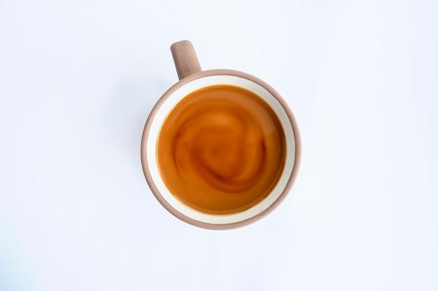 Melkkoffie geïsoleerd op een witte achtergrond, minimaal concept idee.