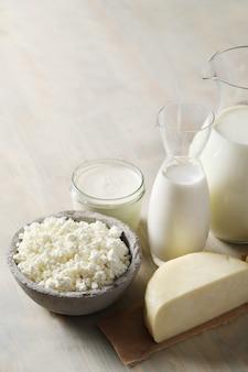 Melkproducten op houten tafel