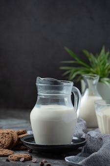 Melkproducten smakelijke gezonde zuivelproducten op een tafel op zure room in een kom, cottage cheese kom, room in een een bank en melk pot, glazen fles en in een glas.