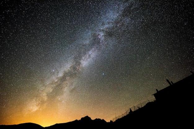 Melkweg bij de pyreneeën in navarra, spanje