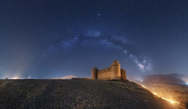 Melkweg boven het kasteel van la calahorras