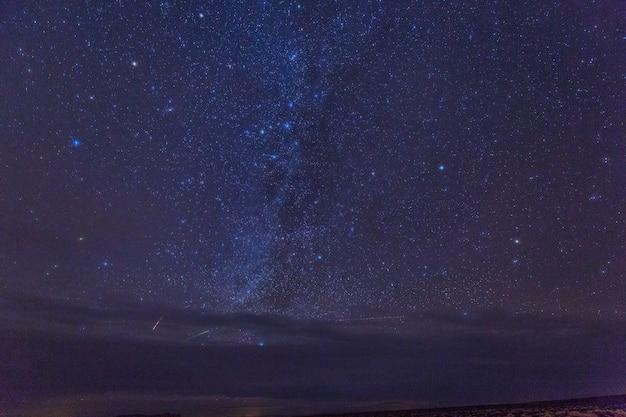 Melkweg en heldere sterren boven monument valley. vs