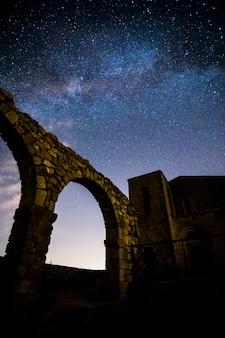Melkweg en komeet neowise in santuari de la mare de deu del mont kerk, spanje